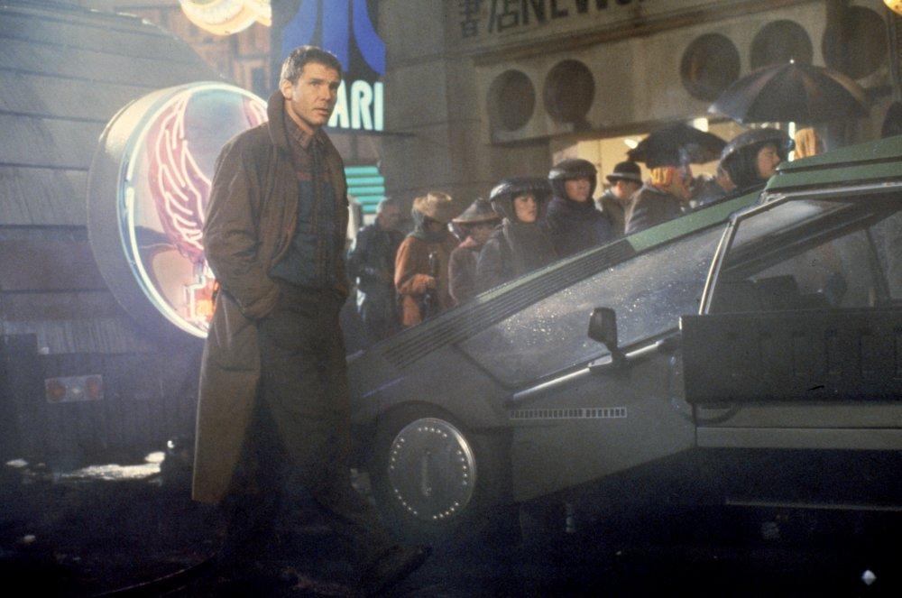 blade-runner-1982-019-deckard-city-street-00o-gck